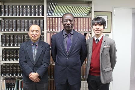 左より安孫子所長(教授)、オーギュウタン・ロワダ教授、鈴村研究員