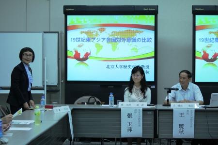 左より:王 敏 教授(司会)、張 玉萍氏(通訳)、王 暁秋教授
